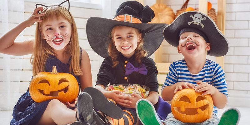 дети готовятся к хелоуину