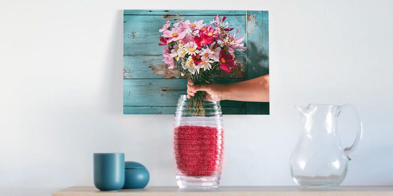 фото с цветами на холсте за вазой